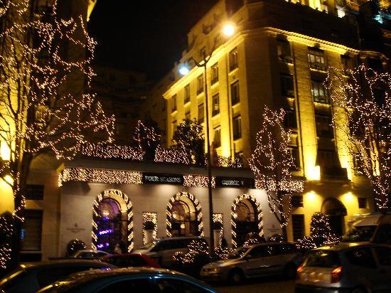 Four Seasons Hotel George V Paris: Outside - lit up for Christmas