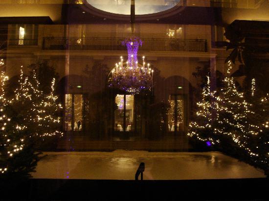 Four Seasons Hotel George V Paris: Courtyard Display - Beautiful