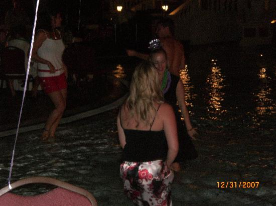 Sandals Ochi Beach Resort: People dancing in the pool during the New Year`s bash