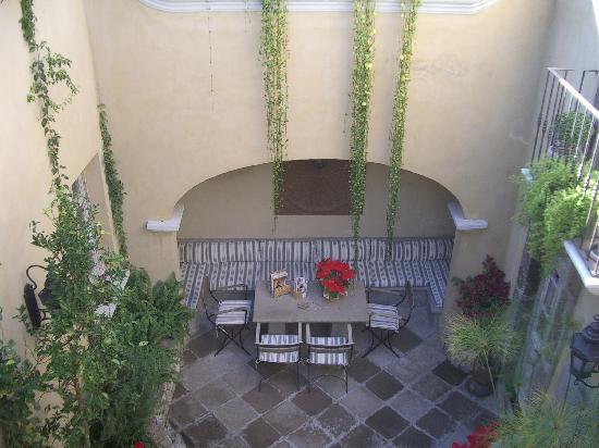 L'Ôtel: Courtyard