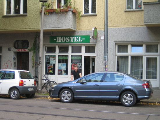 Schlafmeile Hostel: Rolly out the front with our car