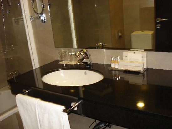 Hotel Molina Lario: La salle de bain