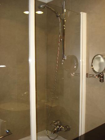 Hotel Molina Lario: La douche-baignoire