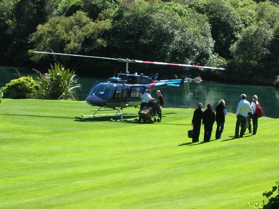 Huka Lodge: Guests arriving on the lawn