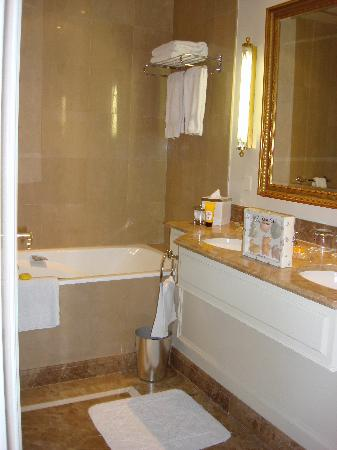 Four Seasons Hotel des Bergues Geneva : Bathroom of Room 2 with Children's soaps