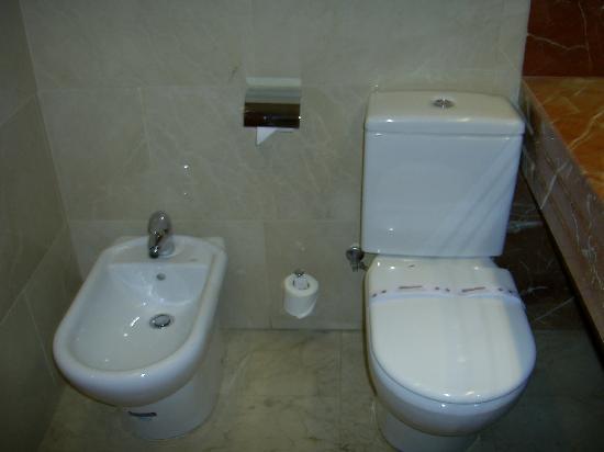 Catalonia Gran Via: Clean Bathroom 2