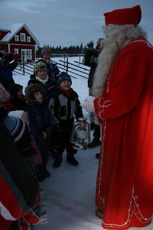 Hotel Yllasrinne: The children meeting Santa !!