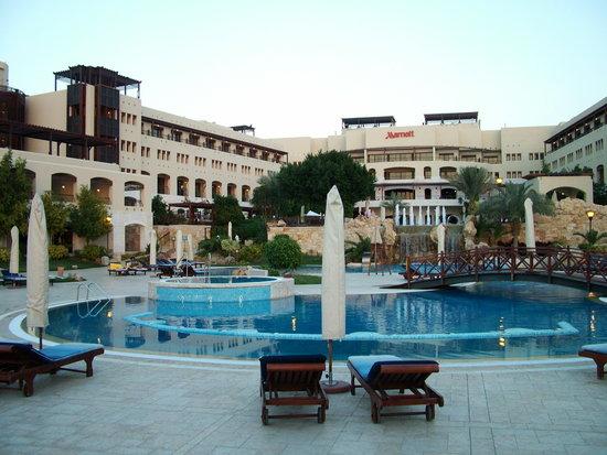 منتجع وسبا ماريوت وادي الأردن: View of pool and hotel complex