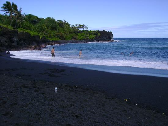 Wai'anapanapa State Park: swimmers