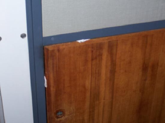 Lindisfarne Motor Inn: Paper holding doors shut