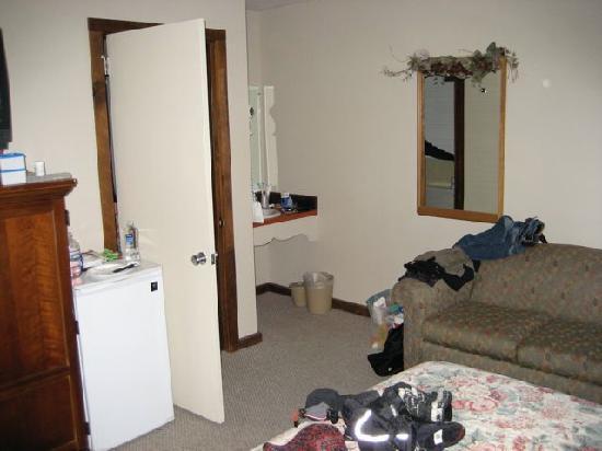 The Mountain Inn : Couch/Bathroom