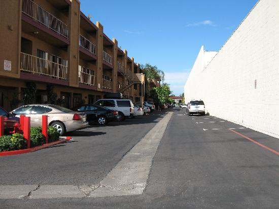 Best Western Plus Park Place Inn - Mini Suites : Example of the tight parking