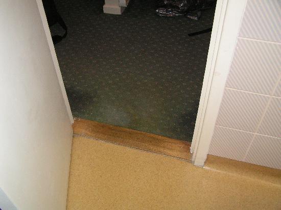 Days Inn Bradford M62: Soiled Carpet
