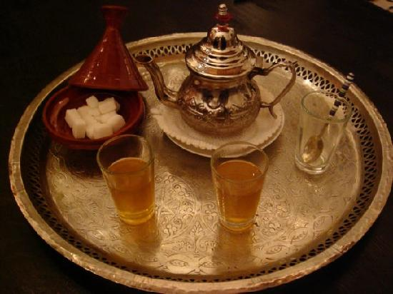 Riad Tizwa Fes: Welcoming us with mint tea!