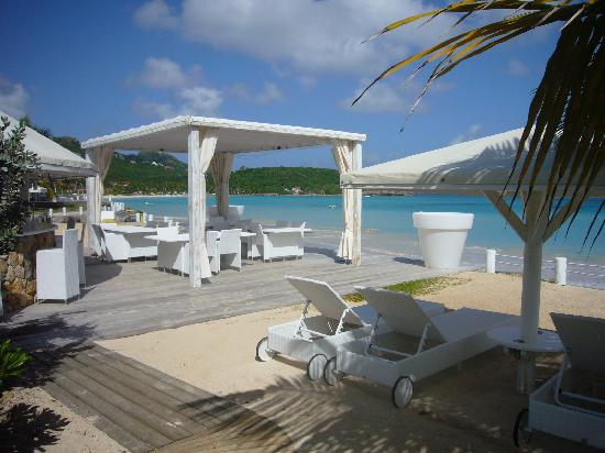 Hotel Emeraude Plage: bar and beach chair area