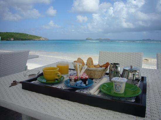 Hotel Emeraude Plage: breakfast -- what a setting!
