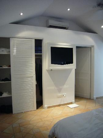 Hotel Emeraude Plage : room (tv & closet ... )
