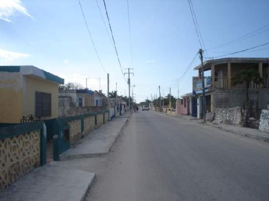 Telchac Puerto, Meksyk: view down the main drag in telchac