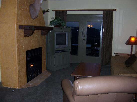 The Wilderness Club at Big Cedar: View toward balcony in 1 bedroom