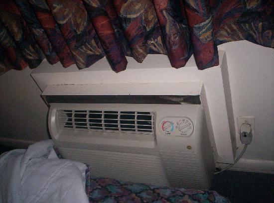 Stratford Motor Lodge: The AC unit was nice and did not make a racket.