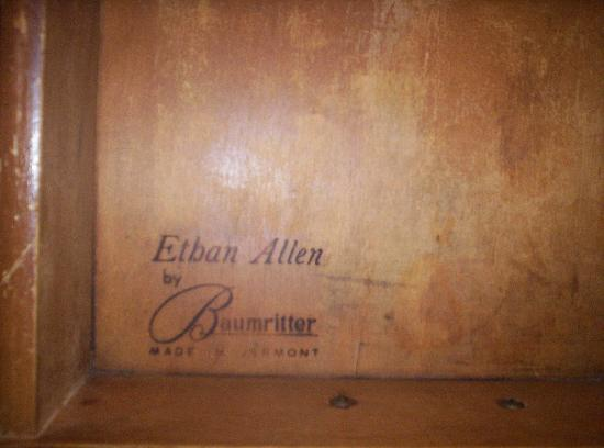 Stratford Motor Lodge: Authentic Ethan Allen!  When was the last time you saw that at a motel?