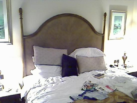 Shangri-La Hotel, Qaryat Al Beri, Abu Dhabi: Comfy bed with firm mattress