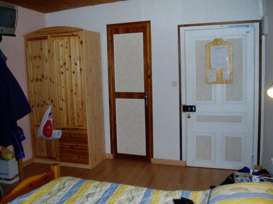 Chalet la Tarine: Bathroom door and door to corridor