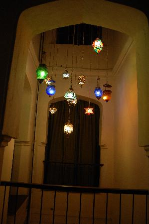 Zanzibar Palace Hotel: Lightwell with Amazing Arabic Lights