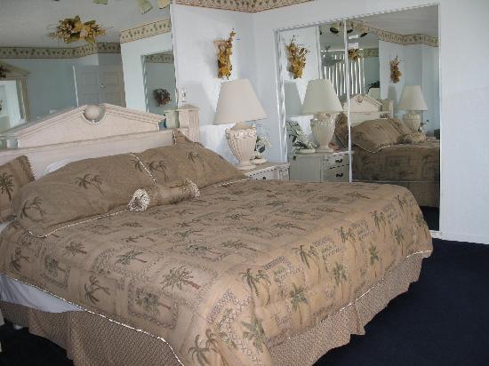 Fountain Beach Resort: Bed-next to locked closet