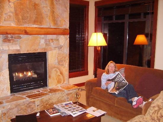 First Tracks Lodge: relaxing in front of the fire