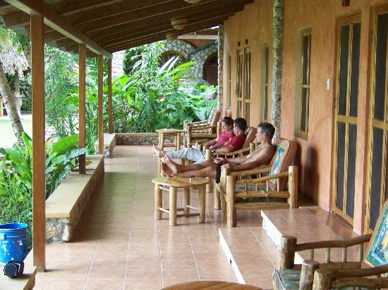 Hotel Bahia Taitza: Porch area in front of our rooms