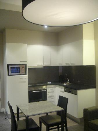 Adina Apartment Hotel Berlin Checkpoint Charlie: Kitchen and dining area