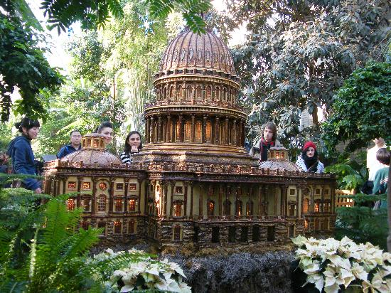 Attirant United States Botanic Garden: US Capitol Model, During Holiday Display