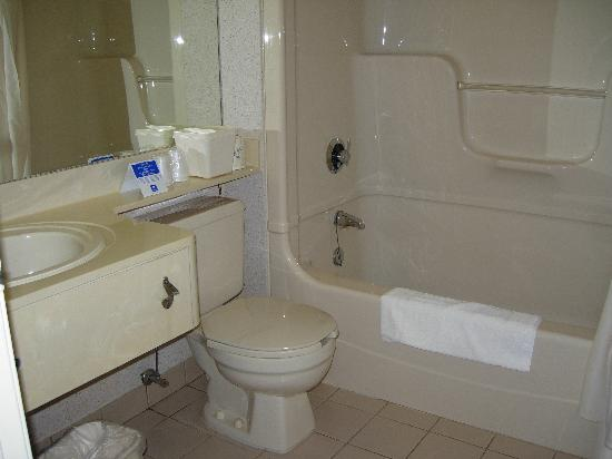 Comfort Inn Pickering: Bathroom