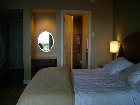 Alderbrook Resort & Spa: View of the bathroom from the window seat