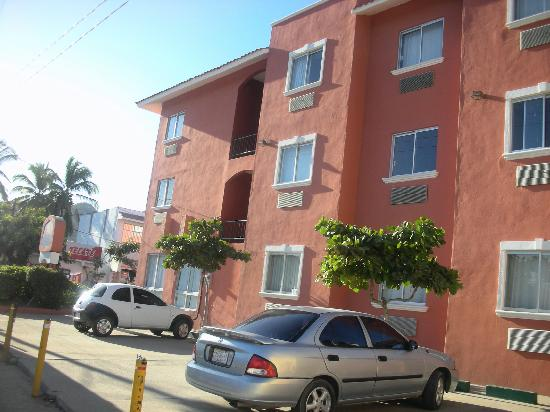 Comfort Inn Los Cabos: Hotel from the street
