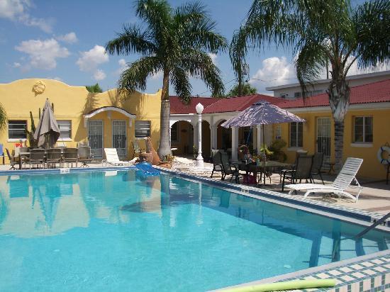 Gulf Tides Inn: pool side