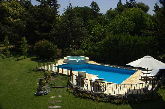 Lares de Chacras: Pool and garden seen from our terrace