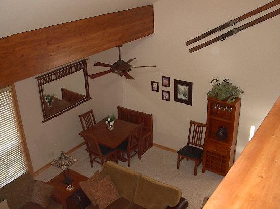 Three Kings Resort: Loft looking down at the living room