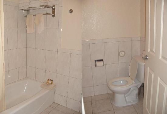 Park Vue Inn: clean bathroom stocked up