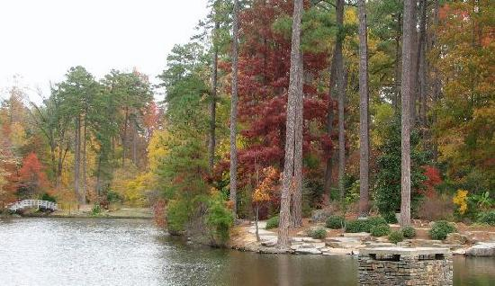Durham, Carolina del Norte: Lake With Trail Around It To Bridge