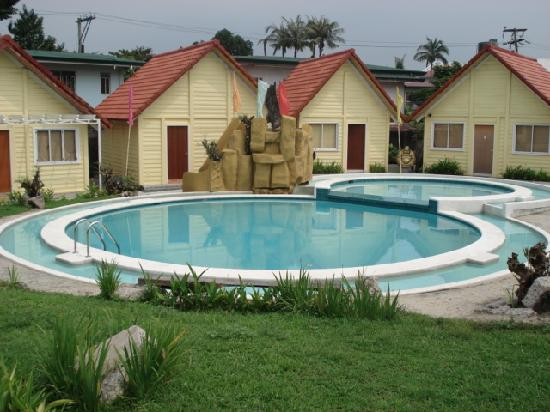 Manila Airport Hotel : pool and villas