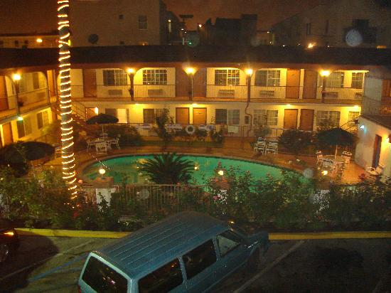 Hollywood City Inn: Pool at night