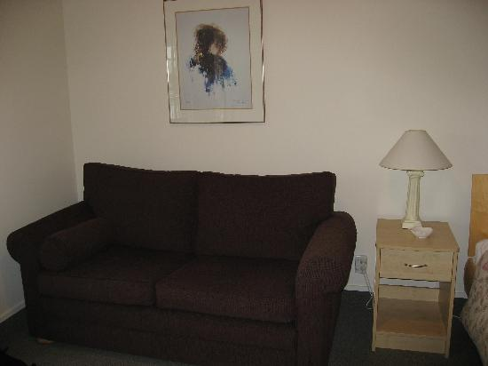 ASURE Jasmine Court Motel: Couch