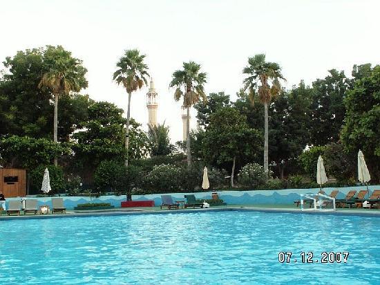 Beach Hotel by Bin Majid Hotels & Resort: Pool Bin Majid Hotel mit Moschee im Hintergrund