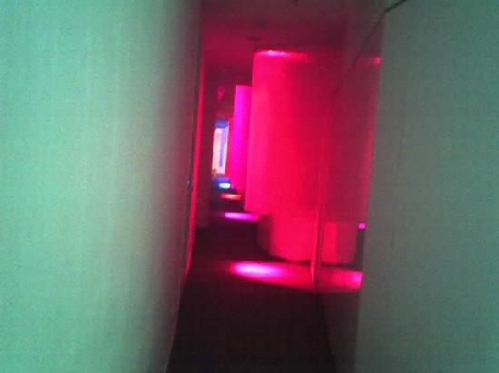 chic&basic Born Hotel: chic and basic born-hallway