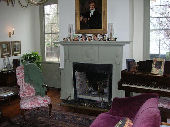 Patriot Inn Bed & Breakfast: The welcoming living room where wine & cheese is served in the evening.