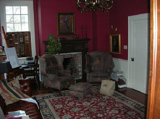 Patriot Inn Bed & Breakfast: The warm and comfortable den next to the dining room.