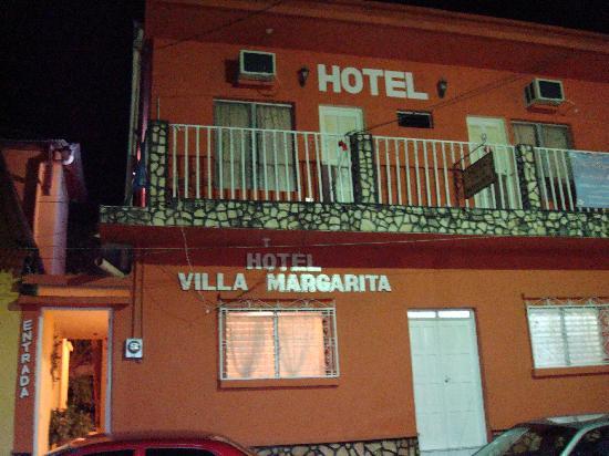 Fachada exterior del hotel es como una casa solo tiene for Casa villa decoracion exterior fachada
