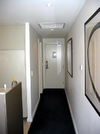 Adina Apartment Hotel Sydney Darling Harbour: Entrance to room